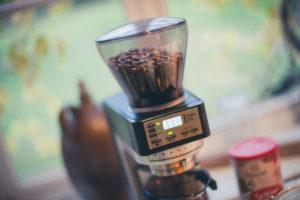 Kaffeemühle vor dem Fenster