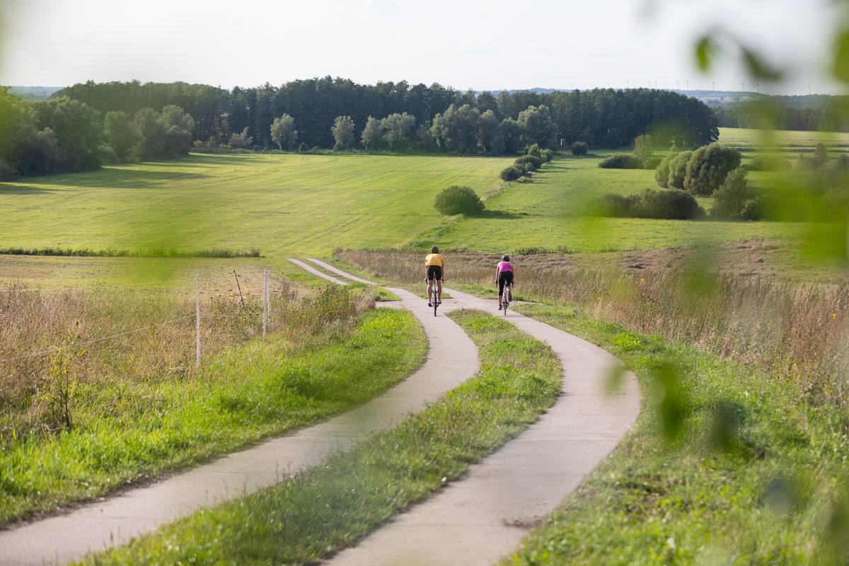 Auf Gut Pohnstorf in der Mecklenburgischen Schweiz ist es ziemlich ruhig.  Wenn Sie möchten.  Dann können Sie die Zeit im Garten des Gutshauses verstreichen lassen, in einer Ferienwohnung ein Buch am Kamin lesen und dabei genießen, dass keine größere Straße in der Nähe ist. Oder Sie füllen Ihren Tag mit Programm beim Mountainbiken, Rennrad fahren, Feiern mit Familie und Freunden. Oder Sie mieten das ganze Gutshaus für eine Hochzeit, Tagung oder wecken die Potenziale in Ihrem Team. Vielleicht wollen Sie den Radius Ihrer Fahrradausflüge noch ein bisschen ausdehnen? Dann verleihen wir Ihnen gerne ein E-Bike.  Oder machen Sie alles auf einmal, bleiben ein paar Tage im Gutshaus und verbinden Urlaub in Mecklenburg-Vorpommern mit Homeoffice auf dem Land.