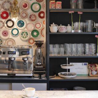 Café und Kuchen direkt nebenan