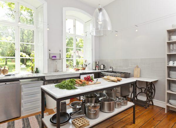 Arbeitsinsel mit Gemüse in der Küche