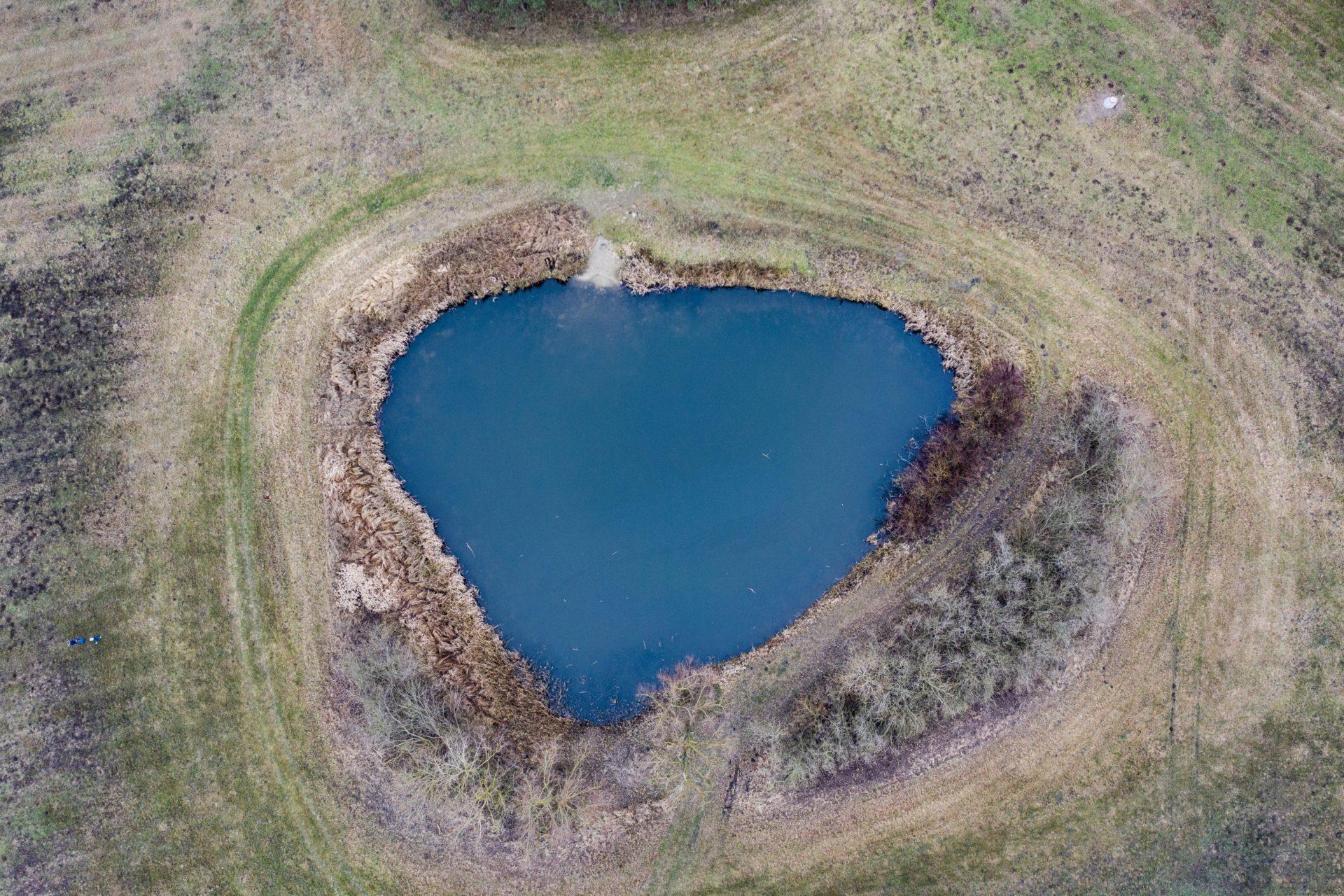 Drohnenaufnahme von herzförmigem See