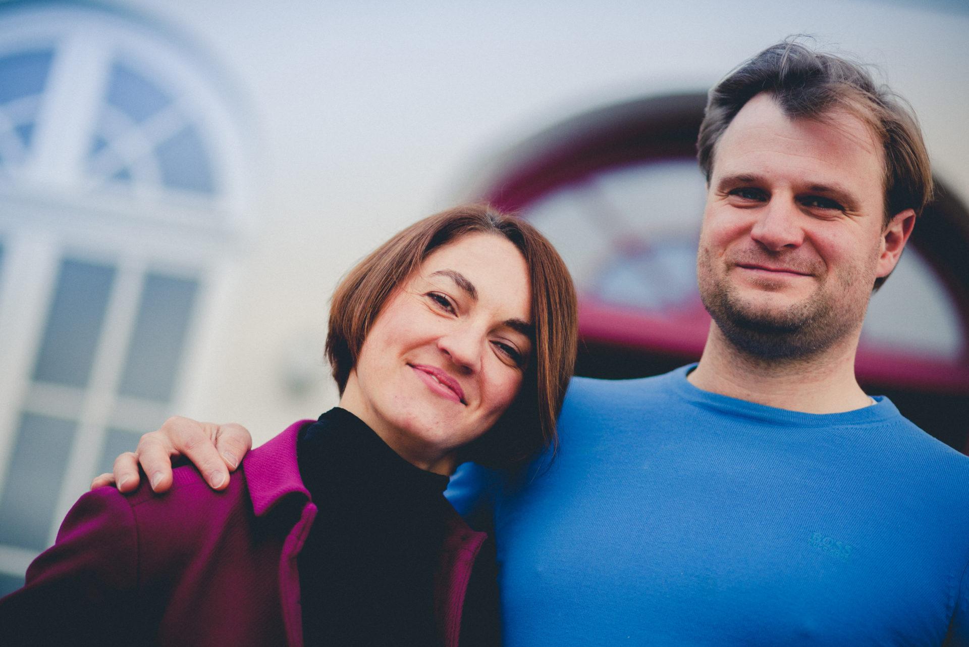 Kamila und Fabian vor dem Vorderseite des Gutshauses