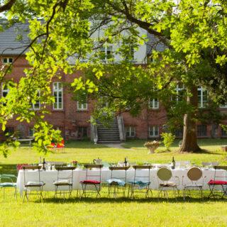 Tisch bei Hochzeit vor Gutshaus